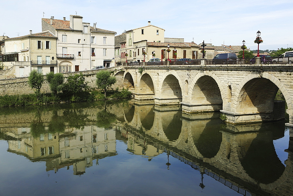 A Roman Bridge, built in the reign of the Emperor Tiberius, spans the River Vidourle at Sommieres, Gard, Languedoc-Roussillon, France, Europe - 826-658