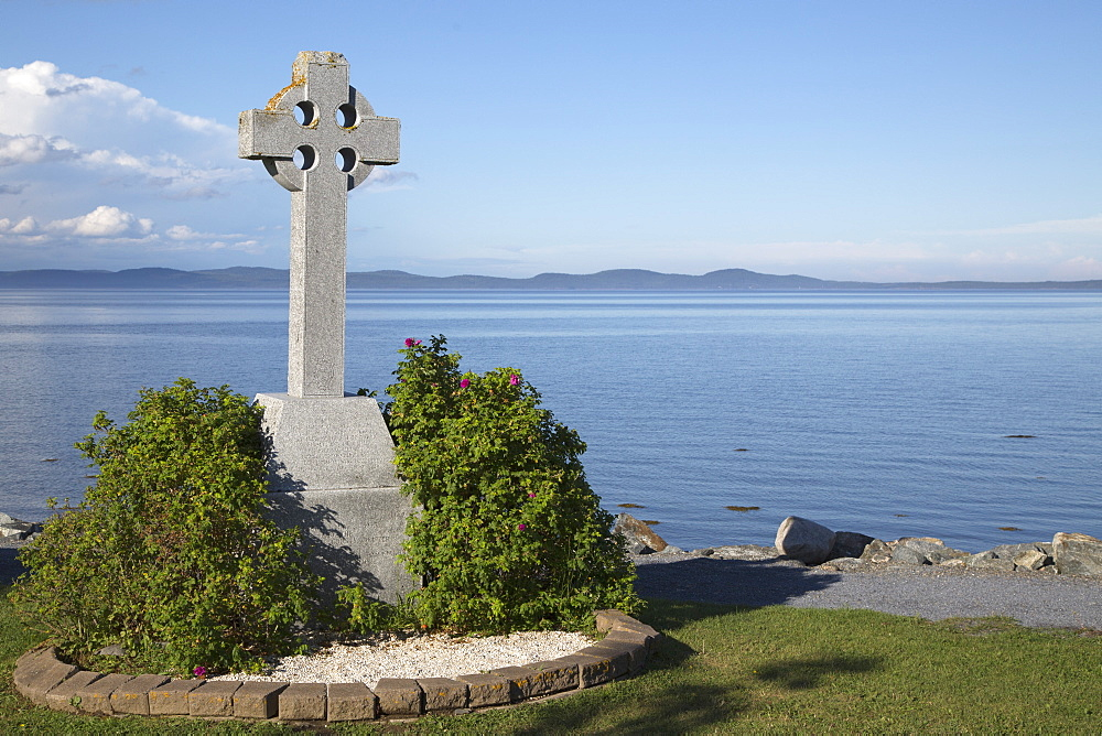 Celtic cross, a stone landmark overlooking Passamaquoddy Bay, at St. Andrews by-the-Sea in New Brunswick, Canada, North America - 826-689
