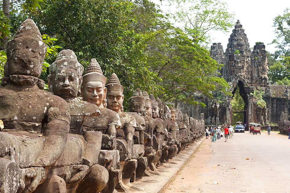Gate entrance to Angkor Thom with guarding statues, Angkor Wat Temple complex, UNESCO World Heritage Site, Angkor, Siem Reap, Cambodia, Indochina, Southeast Asia, Asia - 827-509