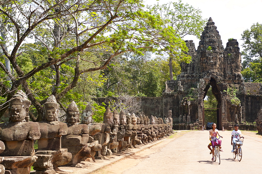 Gate entrance to Angkor Thom with guarding statues,  UNESCO World Heritage Site, Angkor, Siem Reap, Cambodia, Indochina, Southeast Asia, Asia - 827-510
