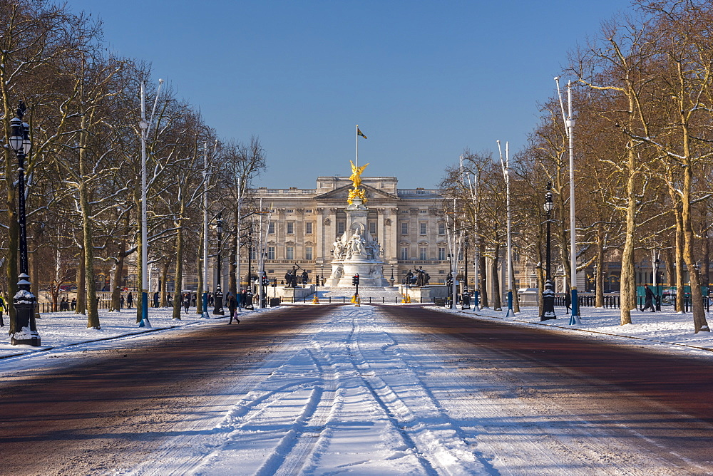 The Mall and Buckingham Palace in the snow, London, England, United Kingdom, Europe