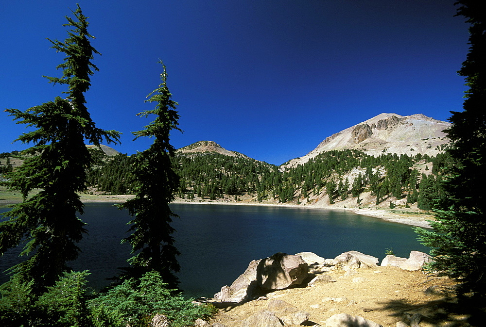 Lake Helen and the dormant 10,457ft Lassen Peak, the world's largest plug-dome volcano, in Lassen Volcanic National Park, an area of volcanic activities and features, Lassen Volcanic Park, Northern California, California, USA