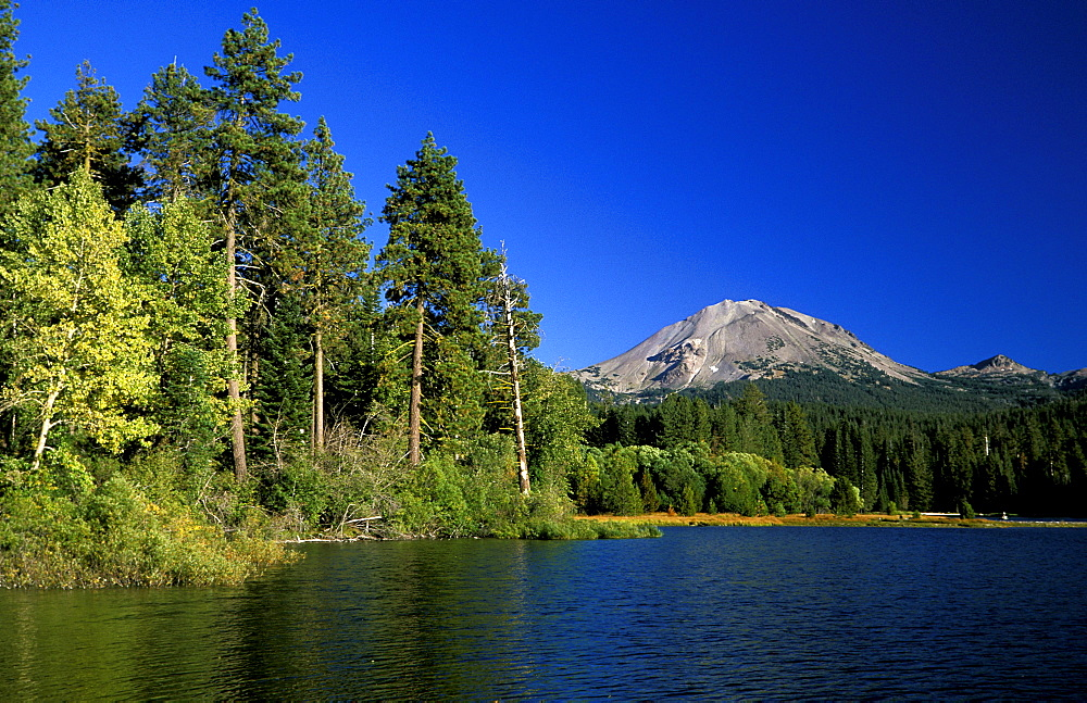 Manzanita Lake and the dormant 10,457ft Lassen Peak, the world's largest plug-dome volcano, in Lassen Volcanic National Park, an area of volcanic activities and features, Lassen Volcanic Park, Northern California, California, United States of America (USA), North America