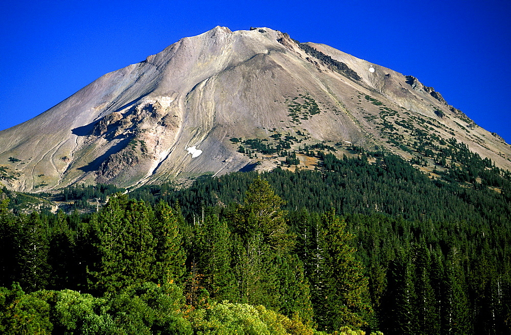 Dormant 10,457ft Lassen Peak, the world's largest plug-dome volcano, in Lassen Volcanic National Park, an area of volcanic activity and features, Lassen Volcanic Park, Northern California, California, United States of America (USA), North America