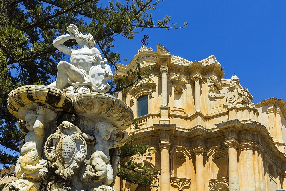 Hercules fountain and San Domenico Church in Noto, famed for its Baroque architecture, UNESCO World Heritage Site, Noto, Sicily, Italy, Mediterranean, Europe