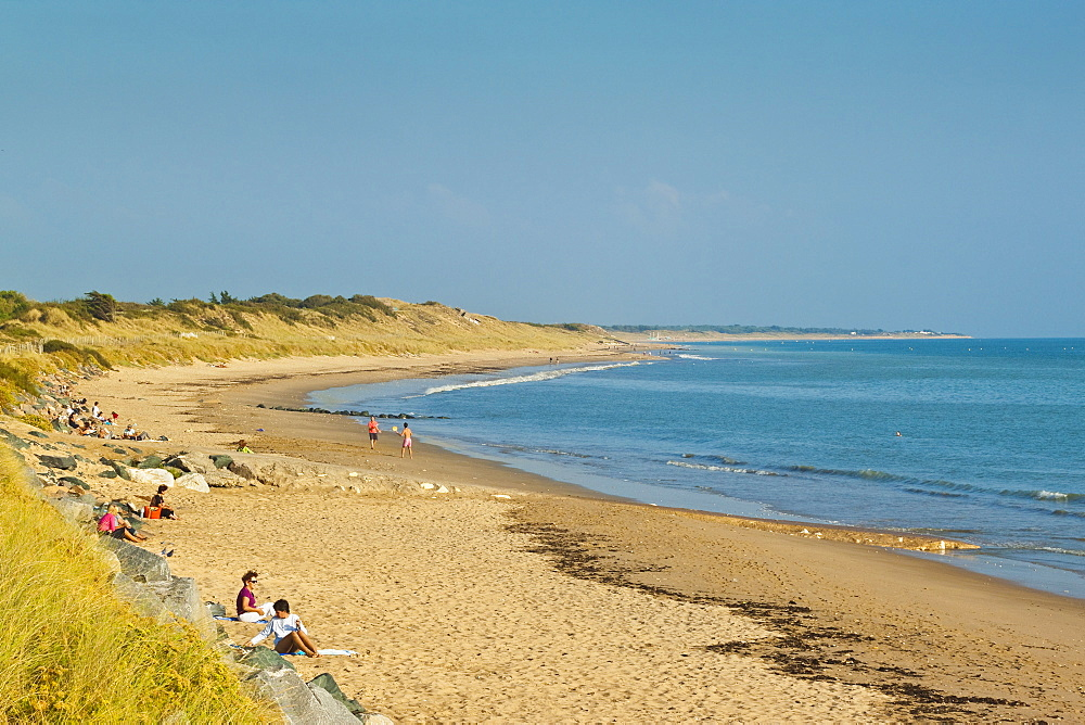 Sandy beach at Plage du Peu des Hommes on the SW coast of the island. La Couarde-sur-Mere, Ile de Re, Charente-Maritime, France,  Europe - 83-12956