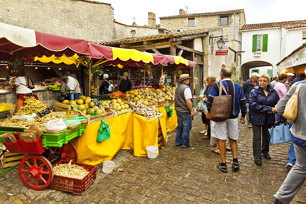 Vegetable stalls at the market on Rue du Marche in this north east coast town. La Flotte, Ile de Re, Charente-Maritime, France, Europe