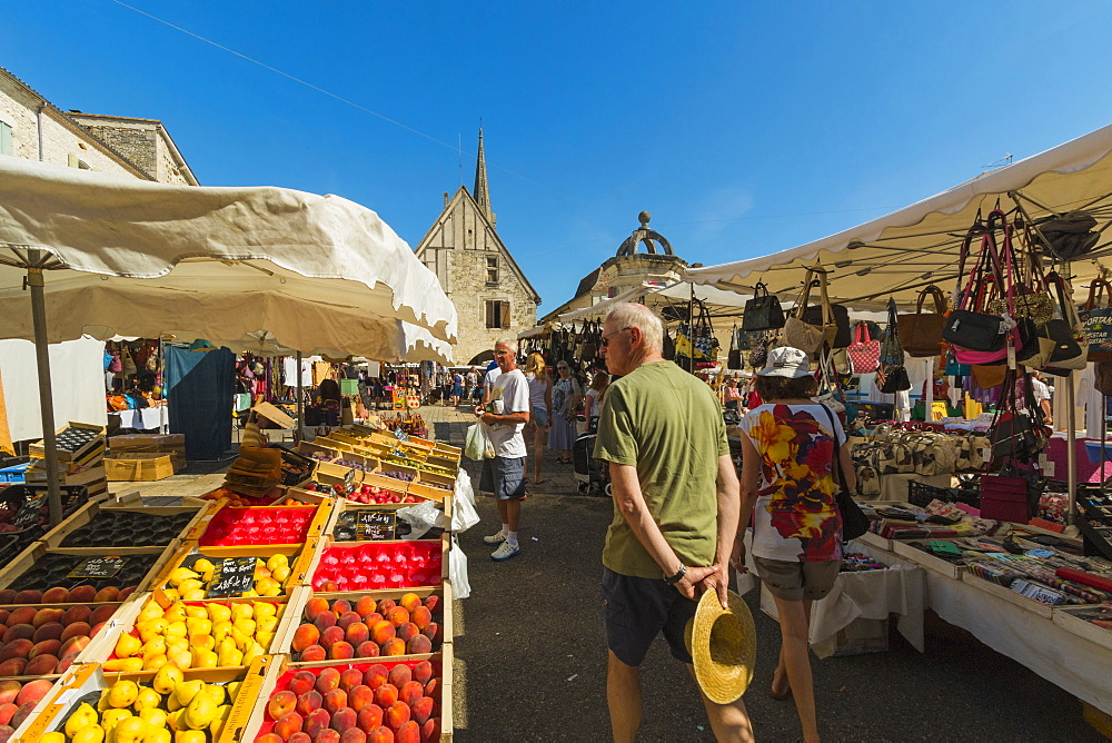 Busy Place Gambetta and the popular Thursday market in this south western historic bastide town, Eymet, Bergerac, Dordogne, France, Europe