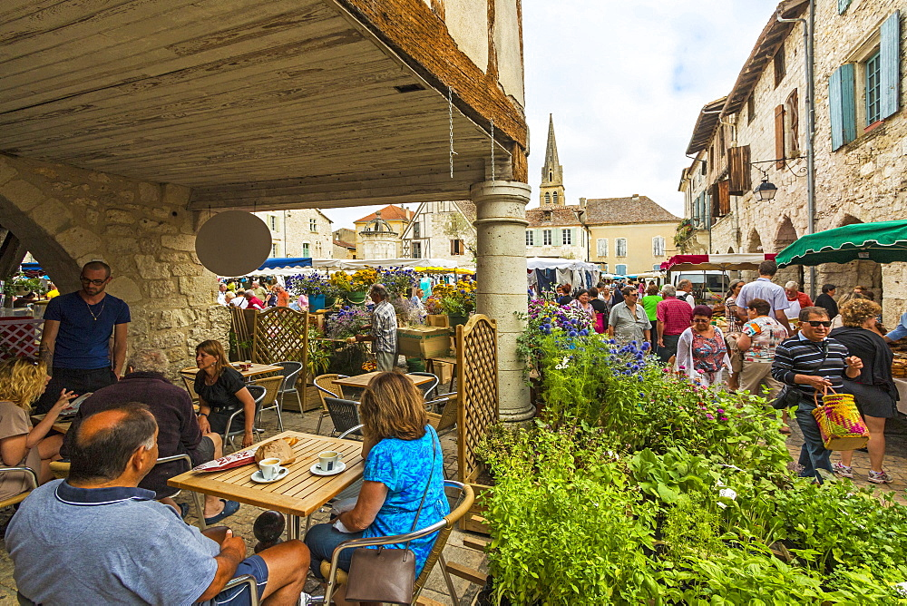 Place Gambetta on popular Thursday market day in this south western historic bastide town, Eymet, Bergerac, Dordogne, France, Europe - 83-13003