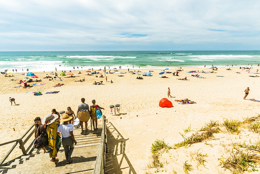 Summer crowds on the popular surf beach at Mimizan, south west of Bordeaux. Mimizan-Plage; Landes; Nouvelle-Aquitaine; France - 83-13036