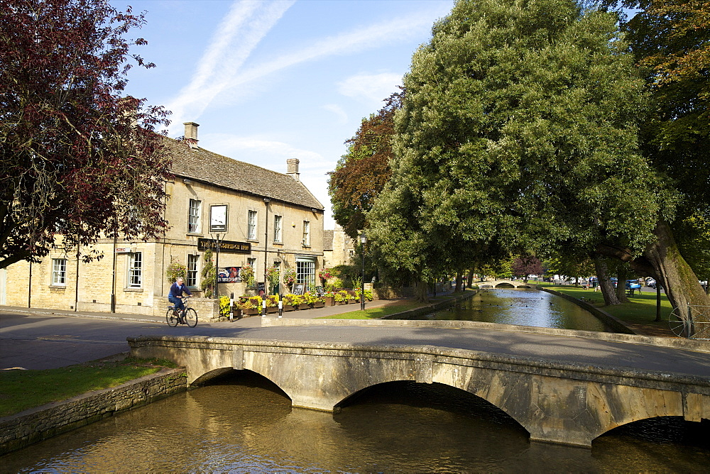 Kingsbridge Inn and River Windrush, Bourton-on-the-Water, Cotswolds, Gloucestershire, England, United Kingdom, Europe - 831-1461