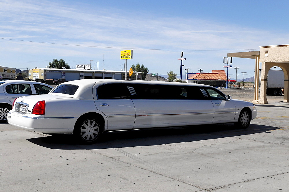 Stretch limousine series LNS, gas station, motorway station, California, USA, North America