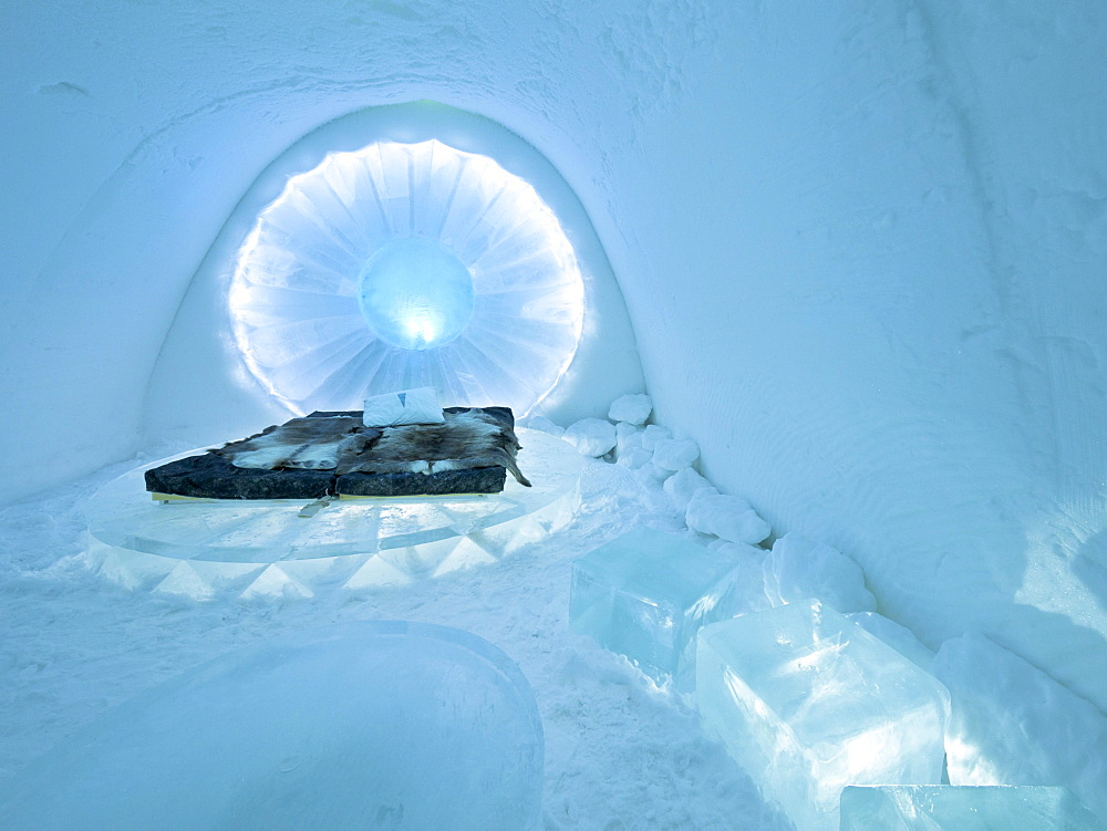 A bedroom in the ice hotel in Jukkasjaervi, Kiruna, Lappland, northern Sweden, Sweden, Europe - 832-106001
