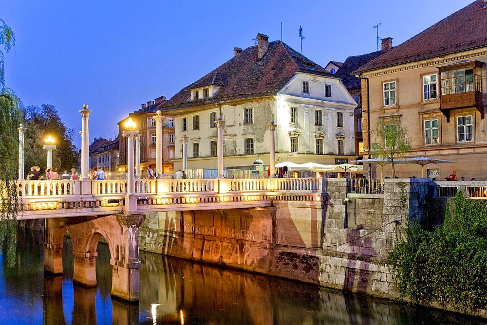 &evljarski most or aeuoetarski most, Cobblers' Bridge or Shoemakers' Bridge over the River Ljubljanica at dusk, Ljubljana, Slovenia, Europe