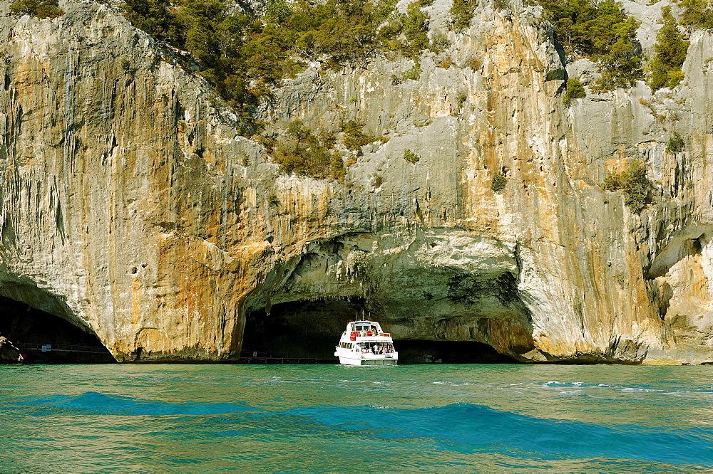 Cliffs between Cala Gonone and Cala Capiani, Golfo di Orosei, east coast of Sardinia, Italy, Europe