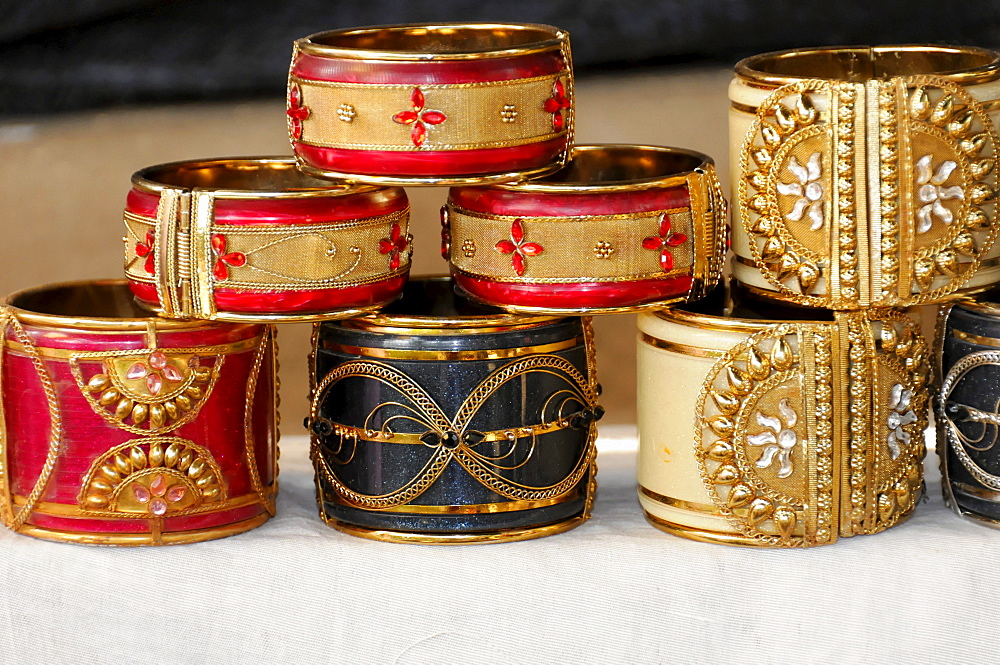 Indian jewelry, bracelets from a street vendor, Pushkar, Rajasthan, northern India, Asia