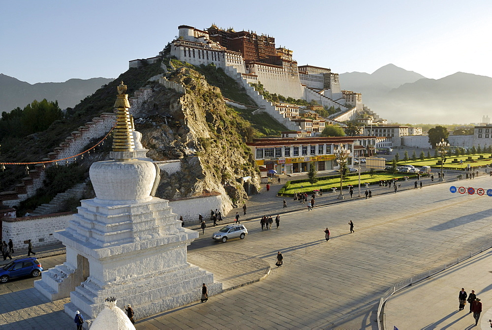 Potala Palace in the morning sun, winter palace of the Dalai Llama, Lhasa, Tibet, China, Asia