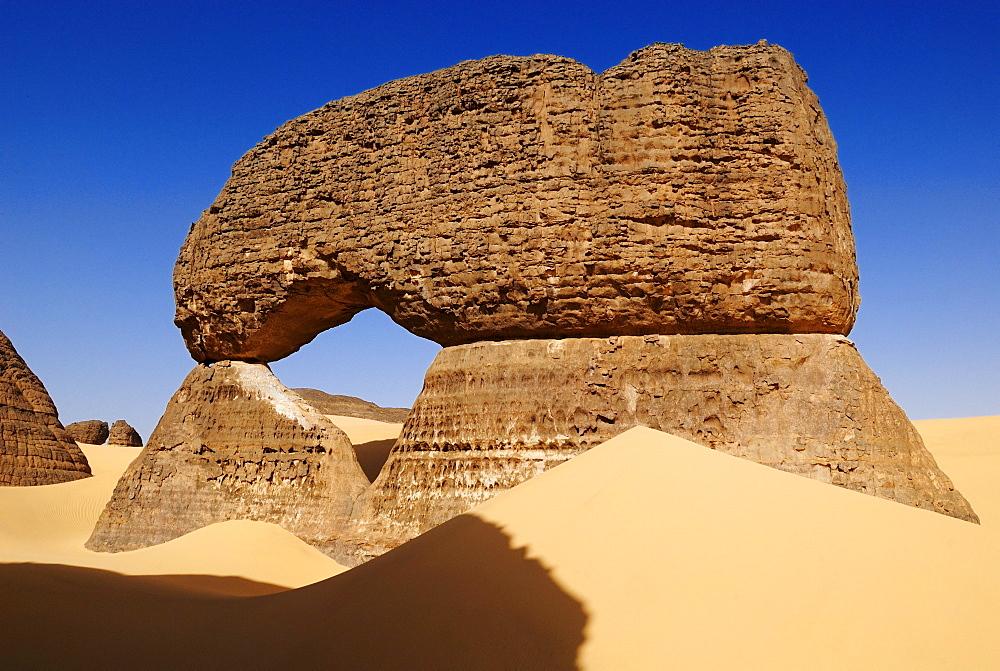 Natural bridge, arch, sandstone rock formation at Tin Akachaker, Tassili du Hoggar, Wilaya Tamanrasset, Algeria, Sahara desert, North Africa