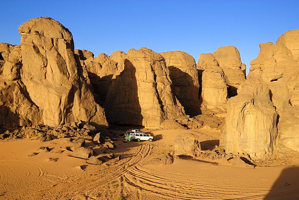 Camp in the rocky desert landscape at El Ghessour, Tassili du Hoggar, Wilaya Tamanrasset, Algeria, Sahara, North Africa