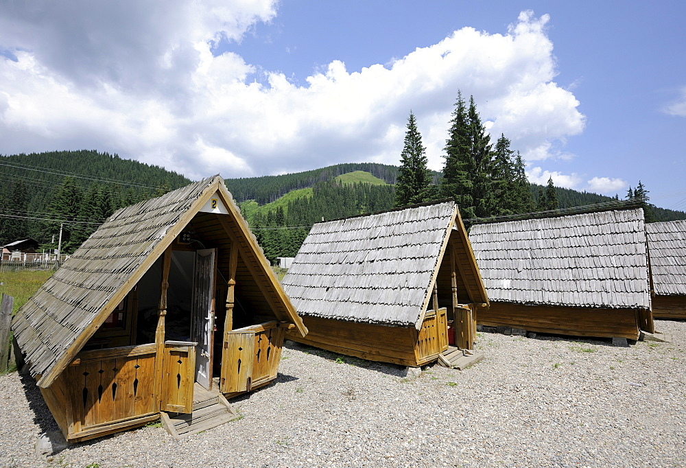 Small old cottages, camping huts, Obarsia Lotrului road, Transalpina DN 67C mountain road, Romania, Europe