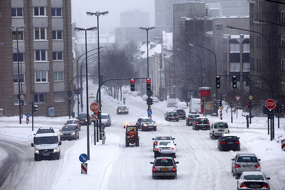 Winter traffic on a road during heavy snowfall, Essen, North Rhine-Westphalia, Germany, Europe