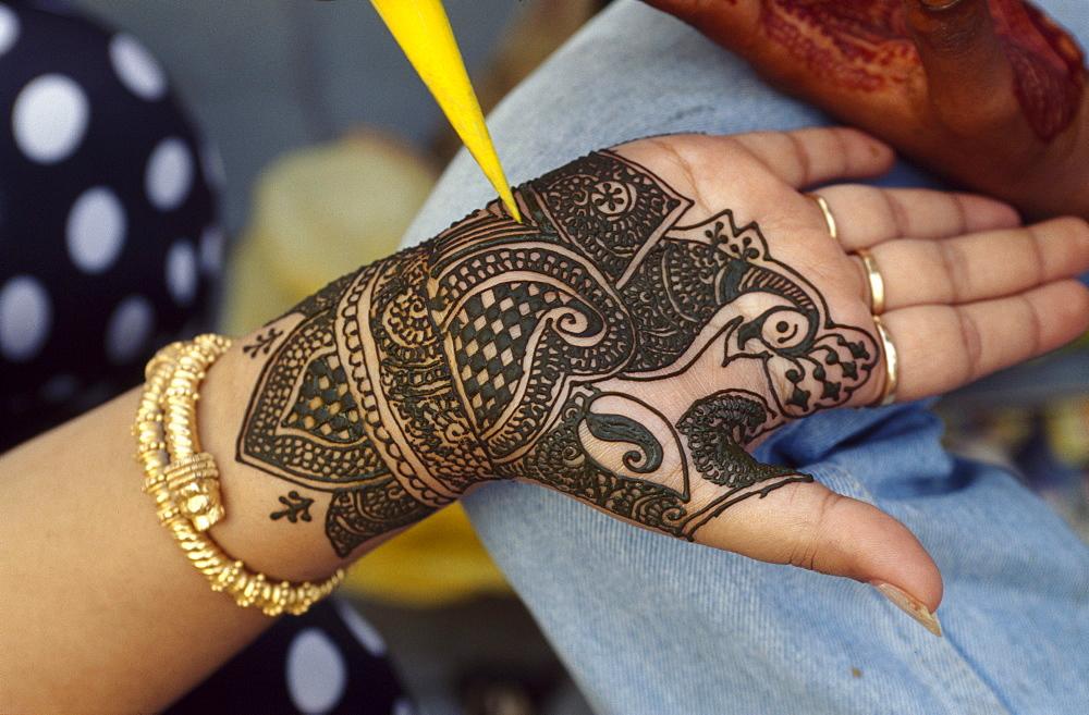 Mendi, painting a hand, India, Delhi, India, Asia