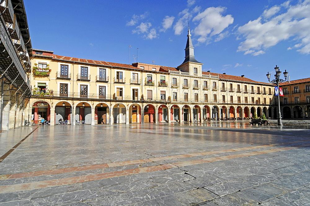 Arcades, Plaza Mayor square, Leon, Castilla y Leon province, Spain, Europe