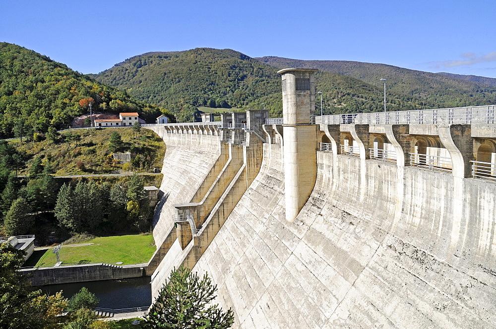 Embalse de Eugi dam, Valle de Esteribar, Esteribar valley, reservoir, Eugi, Pyrenees, Navarre, Spain, Europe