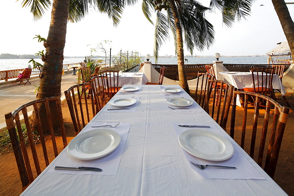 Set table, hotel grounds, luxury hotel, Hotel Fort House, Harbour Hotel, Fort Cochin, Kochi, Kerala, India, Asia