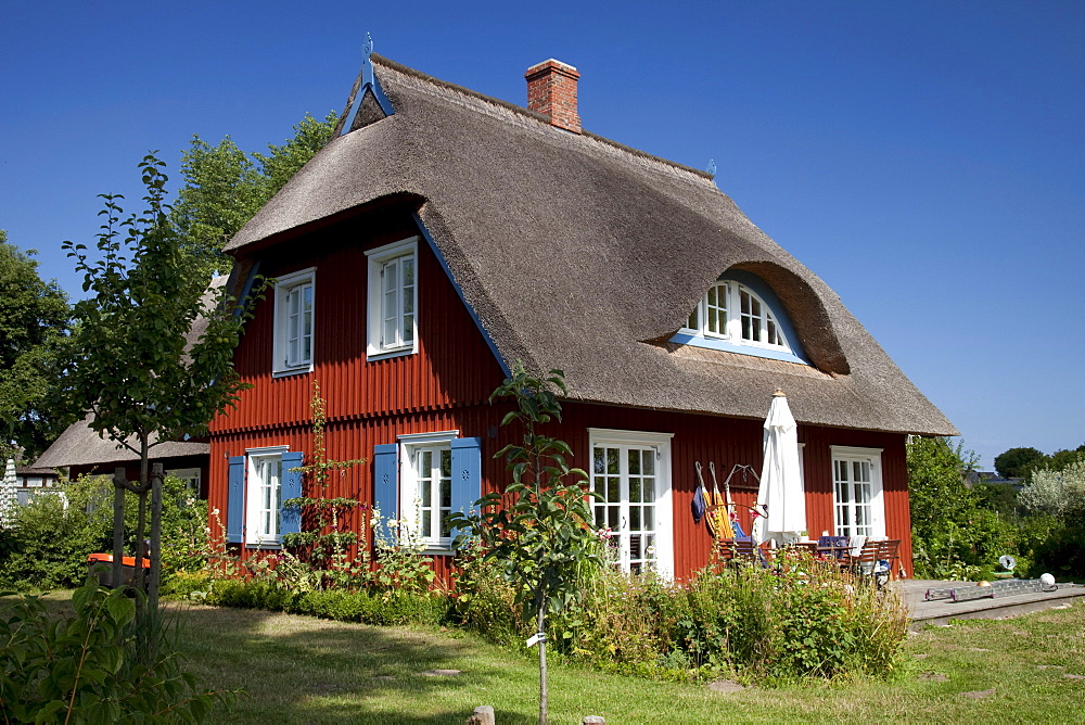 Thatched cottage, Baltic Sea resort town of Ahrenshoop, Fischland, Mecklenburg-Western Pomerania, Germany, Europe