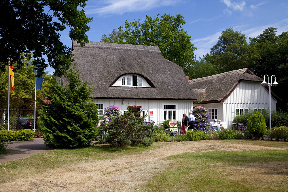 Tourist information, thatched cottage, Prerow Baltic resort, Fischland-Darss-Zingst peninsula, Mecklenburg-Western Pomerania, Germany, Europe