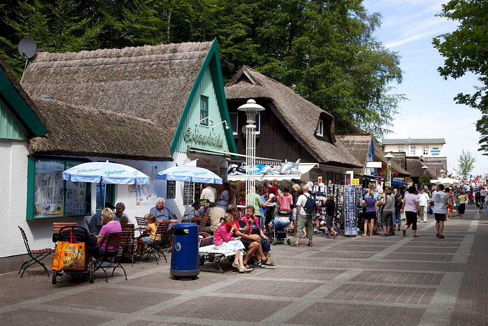 Thatched houses on the promenade, Prerow Baltic resort, Fischland-Darss-Zingst peninsula, Mecklenburg-Western Pomerania, Germany, Europe