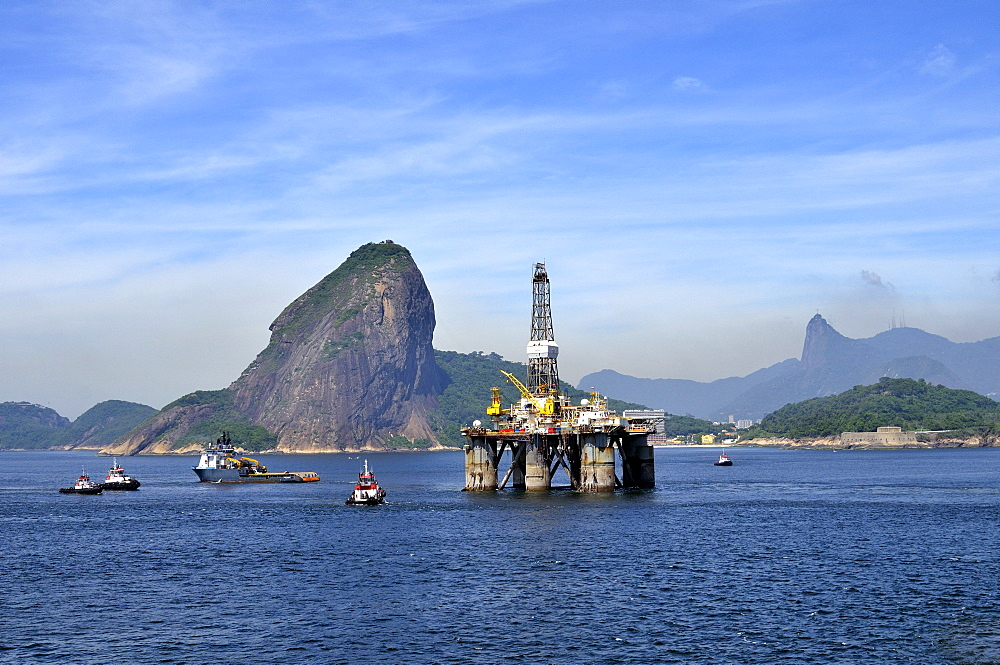 Oil rig of the Brazilian oil company Petrobras passing Sugarloaf Mountain, Bahia de Guanabara Bay, Rio de Janeiro, Brazil, South America
