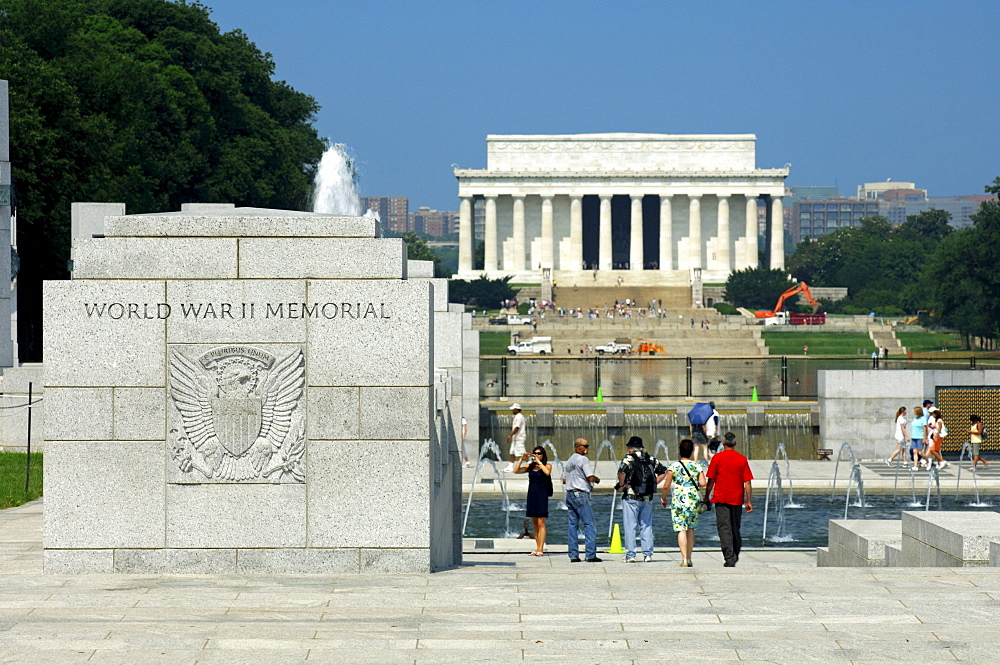 World War II Memorial, the Lincoln Memorial in the back, Washington DC, USA, America