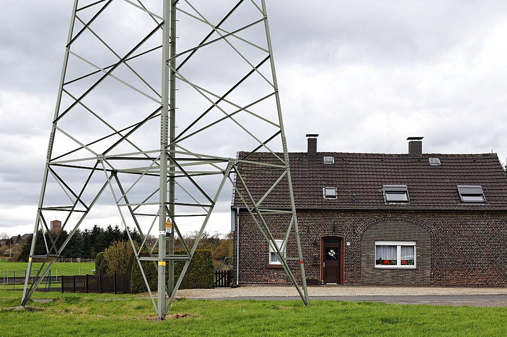 Small farmhouse located close to an electricity pylon, Gellep-Stratum district, Krefeld, Lower Rhine region, North Rhine-Westphalia, Germany, Europe
