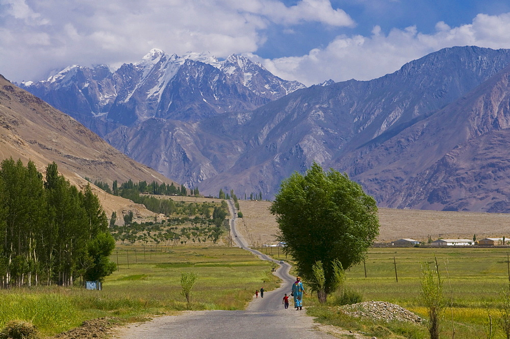 Country road, avenue, Ishkashim, Wakhan corridor, Tajikistan, Central Asia