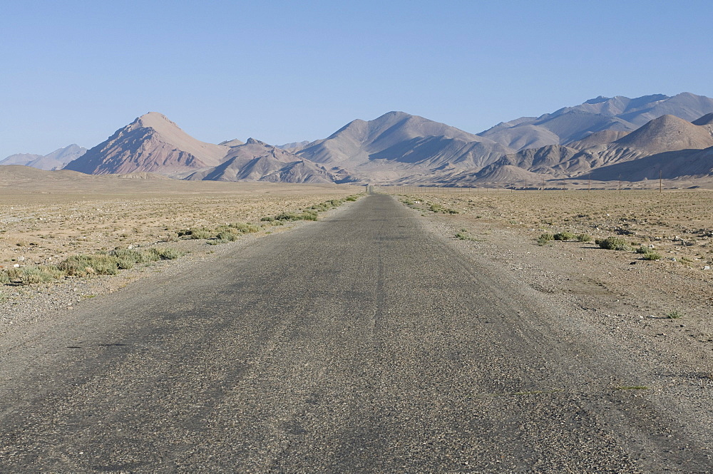 Pamir Highway leading into the wilderness, Pamir Mountains, Tajikistan, Central Asia