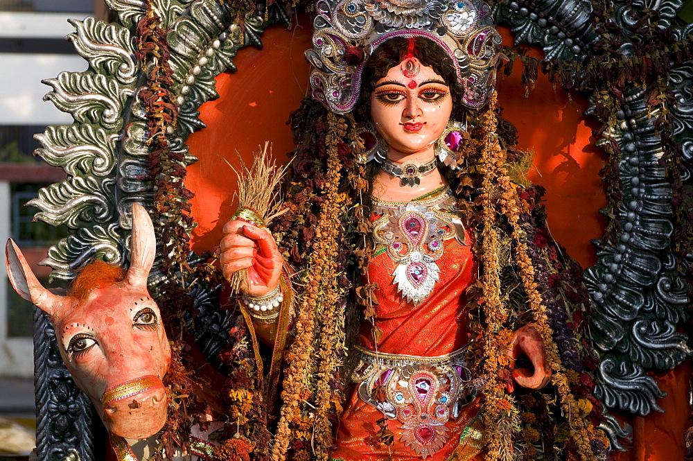 Statue of a Hindu goddess on the side of a road, Calcutta, Kolkata, India, Asia
