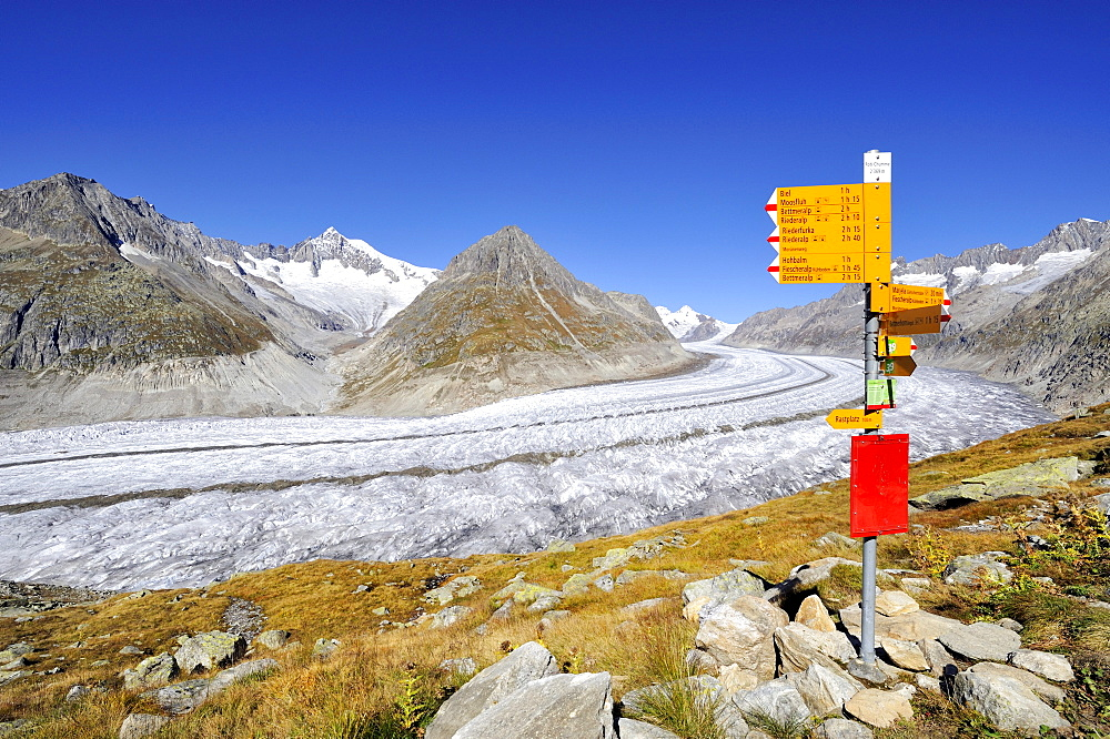 Guidepost for hikers on the Aletsch Panorama Trail, above the Aletsch Glacier, Canton of Valais, Switzerland, Europe