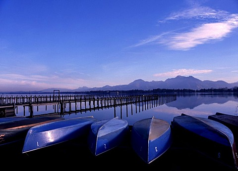Boats on the shore of the Lake Chiemsee with view to Mt. Hochgern, Lake Chiemsee, Chiemgau, Upper Bavaria, Bavaria, Germany, Europe