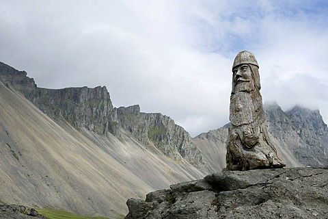Art in the landscape, a wooden carved Viking in front of a ridge and the rocky Mount Vestrahorn, Stokksnes near Hoefn, Iceland, Scandinavia, Northern Europe, Europe