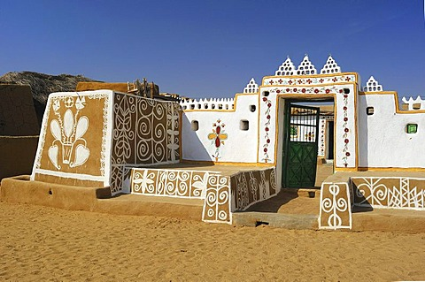 Typical entrance to a farm with traditionally painted exterior walls, Thar Desert, Rajasthan, India, Asia