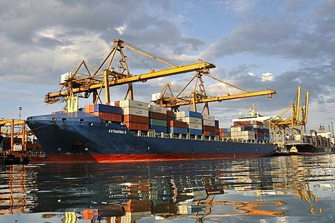 Container ship in the seaport of Buenaventura on Colombia's Pacific coast, Buenaventura, Valle del Cauca, Colombia, South America