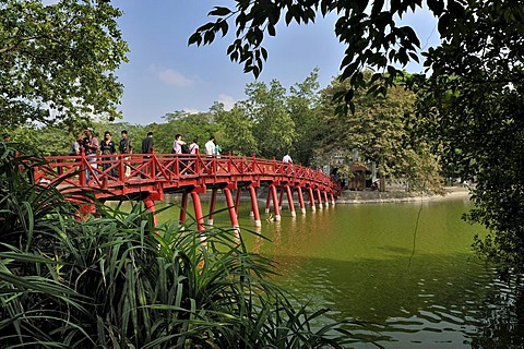 The Huc, Sunbeam Bridge, crosses Hoan Kiem Lake, landmark of Hanoi, Vietnam, Southeast Asia