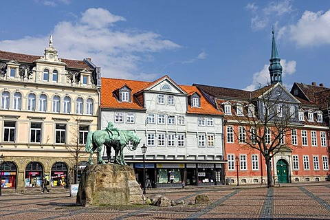 Market square with a memorial to Duke Augustus the Younger, to the right the Rokokohaus, 1730, registry office, Wolfenbuettel, Lower Saxony, Germany, Europe