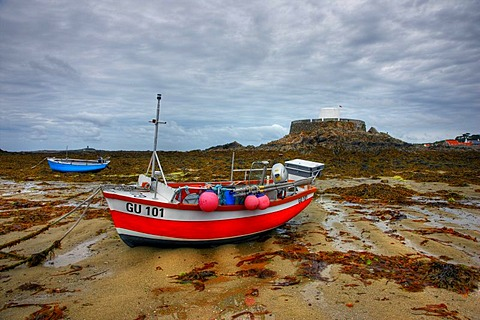Fort Grey, now a museum, boats lying dry on the seabed at low tide, Rocquaine Bay, Guernsey, Channel Islands, Europe