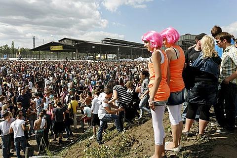 Crowds at the Loveparade 2010, Duisburg, North Rhine-Westfalia, Germany, Europe