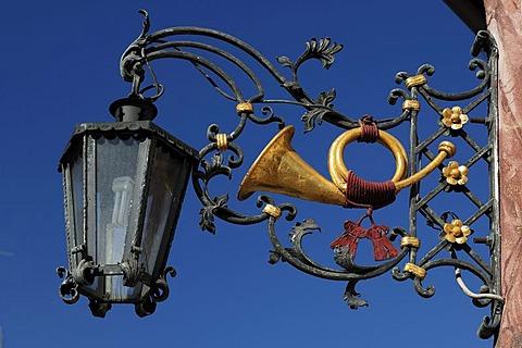 Golden horn as a hanging sign at the Gasthof Post inn, built in 1697, Kruen, Upper Bavaria, Bavaria, Germany, Europe