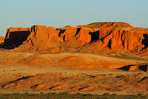 Last evening light on the Flaming Cliffs, Gobi Desert, Bayanzag, Gurvan Saikhan National Park, Oemnoegov Aimak, Mongolia, Asia