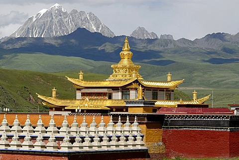 Golden roofs and chorten of a Tibetan monastery in the Tagong grasslands in front of the snowy Mt. Zhara Lhatse, 5820m, Lhagang monastery, Lhagang Gompa, Tagong, Sichuan, China, Asia